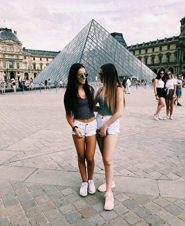 Sophomore+Jennie+Lathrop+at+the+Louve+in+Paris