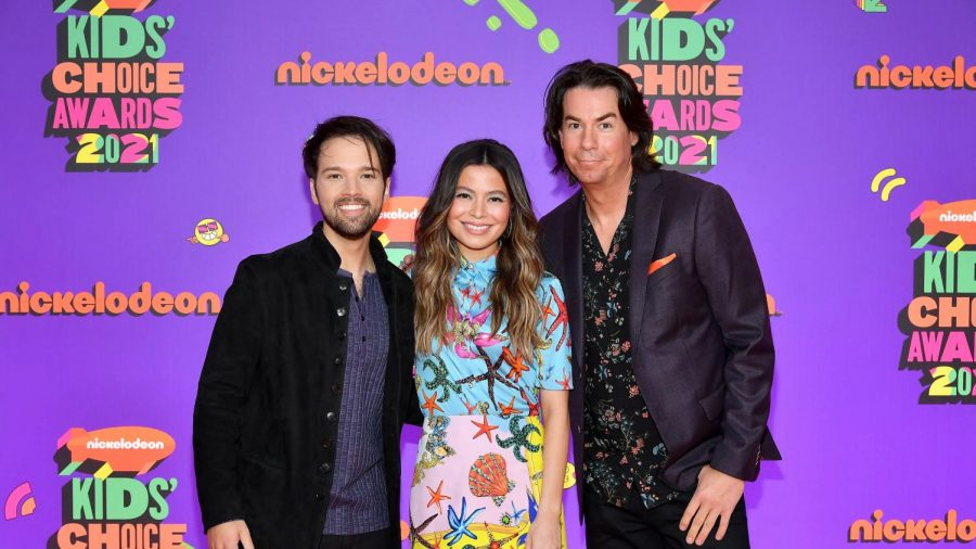 'iCarly' mini-reunion at the 2021 Nickelodeon Kids' Choice Awards. Photo courtesy of Teen Vogue.